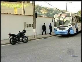 Motociclista morre após bater de frente com ônibus em Petrópolis, RJ - Acidente foi na manhã desta segunda-feira (23) na Estrada da Saudade.Vítima, segundo o motorista do coletivo, estava em alta velocidade.