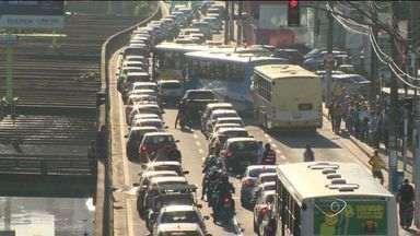 Número de carros nas ruas de Vitória, no ES, aumenta em dias de jogo do Brasil - Pessoas que costumam usar transporte público optam pelo carro em dias de jogo da seleção brasileira.
