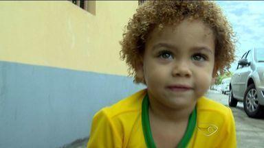 Menino chamado Davi Luiz, de Vitória, no ES, parece com o zagueiro da seleção brasileira - Nome é uma homenagem ao avô do menino. ESTV também encontrou um sósia do Felipão.