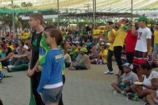 Moradores de Poá assistem ao jogo do Brasil em telão na Praça de Eventos - Eles acompanharam a vitória do Brasil sobre a seleção de Camarões pela Copa do Mundo.