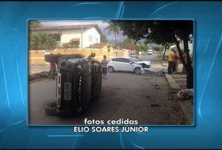 Acidente entre dois carros assutou motoristas no bairro Mleo em Montes Claros - Apesar do susto, ningué, ficou ferido.