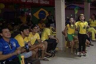 Rede de cinemas transmite jogo da Copa do Mundo, em Goiânia - Muitas pessoas preferiram acompanhar a partida no conforto das poltronas e assistindo cada lance em um grande telão.
