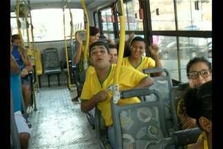 Partida da seleção brasileira muda rotina de torcedores em Belém - Torcedores tentam conciliar o trabalho com o horário da partida.