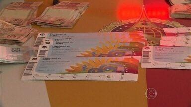 Polícia Civil apreende 450 ingressos com cambistas antes de Brasil x Camarões - Ao todo, foram apreendidos 450 ingressos, R$ 20 mil e quase US$ 4 mil. Foram detidas 16 pessoas, entre elas poloneses, argentinos, holandeses e brasileiros. Entre os bilhetes coletados, 50 deles eram falsos.