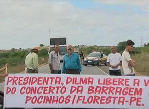 Em protesto na BR-316, moradores pediram conserto da Barragem dos Pocinhos - Reservatório é situado em Floresta, no Sertão pernambucano.