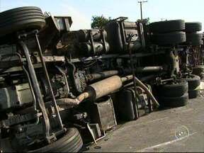 Caminhão carregado com produto químico tomba em rodovia de Itu - Um acidente com um caminhão deixou o tráfego lento na tarde desta segunda-feira (23) na rodovia Castello Branco, em Itu (SP). O acidente foi no quilômetro 78. Segundo a Polícia Rodoviária, veículo estava carregado com sulfato de sódio.