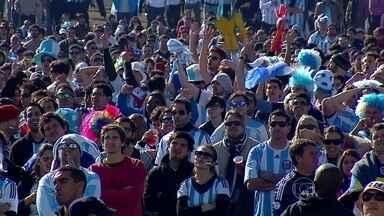 Milhares de Argentinos cruzam a fronteira para ver a partida contra a Nigéria - Os torcedores que vão assistir ao jogo contra a Nigéria chegam de carro e de ônibus. Até quarta-feira, são esperados 80 mil argentinos em Porto Alegre.