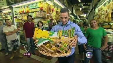 Em BH, Fabricio Battaglini faz quiz sobre Copa do Mundo com famílias mineiras - Repórter do Mais Você vai ao Mercadão Municipal entregar kit da Torcida do Louro
