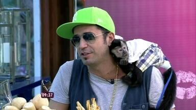 Latino toma café com Ana Maria e mostra seu macaco de estimação - Artista vai ao Mais Você com Twelves