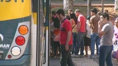 Prefeitura de Santa Bárbara d'Oeste cancela tarifa zero aos sábados e população protesta - Além de ter de pagar para utilizar o transporte público aos sábados, a população reclama que o serviço não é de qualidade.