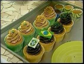 Comerciantes de Macaé, RJ, investem em produtos temáticos da Copa e lucram - Cupcakes com bandeira ou as cores cores verde e amarelo estão com as vendas em alta.