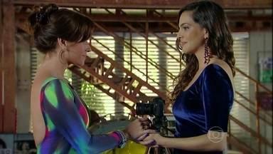 Marina pede Clara em casamento - Vanessa interrompe o momento e tem uma crise de ciúmes da fotógrafa