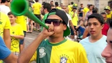 Saiba qual o limite seguro de barulho para torcer na Copa do Mundo - Em época de Copa do Mundo, as cornetas dão tom da trilha na festa da torcida. O decibelímetro. que mede o nível de barulho, constatou que a mega buzina marca 120 decibéis, similar a uma britadeira. O limite tolerável para nossos ouvidos é de 85 dB.
