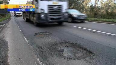 Enchentes causam estragos em estradas gaúchas - Operação tapa buracos já começou em Caxias do Sul, RS.