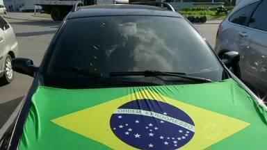 Guarda Municipal alerta para segurança ao decorar o carro para a Copa - Pelas ruas é possível encontrar muitos carros enfeitados com as cores do Brasil, mas é preciso ter cuidado pra que os adereços não prejudiquem a condução do veículo.