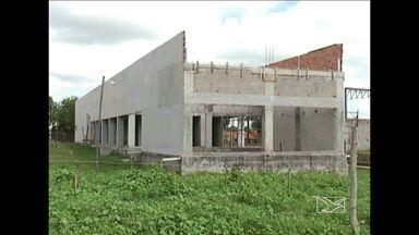 Em Bacabal, a população reclama de algumas obras inacabadas - Com os serviços parados, a unidade básica de saúde e praças da cidade estão com o prazo de construção em atraso.