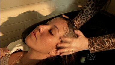 Especialistas orientam cuidados especiais com o cabelo durante o inverno - Um dos vilões é o banho quente, por isso, os produtos no mercado são variados para o tratamento. Procura pelas hidratações aumenta 30%. Além dos cabelos, pele também merece atenção nesta época do ano.