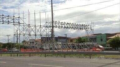 Desde fevereiro população espera por passarela na BR-116 - Passarela provisória está inacabada.