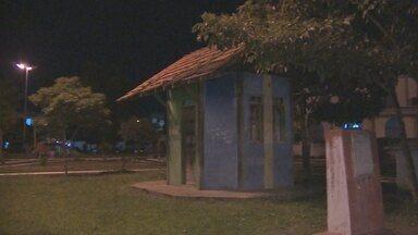 Praças de Macapá não recebem serviço de manutenção urbanística - Duas praças tradicionais da capital estão em completo abandono. Além do mato, a escuridão afasta os frequentadores.