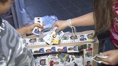 Colecionadores doam figurinhas repetidas para crianças que não podem comprar os álbuns - As campanhas estão surgindo em várias partes da cidade. As caixinhas de doação viraram moda. O destino das figurinhas são crianças que não poderiam comprar os álbuns.