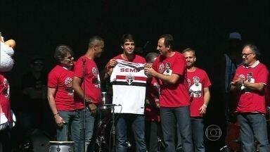 Faustão mostra homenagens ao jogador Kaká - O ídolo do futebol comenta a Copa do Mundo com Caio e Júnior