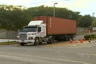 Ladrões assaltam fábrica da Samsung em Campinas - Cerca de 30 bandidos entraram na van que leva os funcionários para a empresa, fizeram todos reféns e conseguiram invadir o local sem problemas. O cálculo inicial é de um prejuízo de R$ 80 milhões.