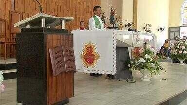 Missa lembra um ano da morte do Padre Elvis Marcelino Lima - Padre Elvis Marcelino Lima era diretor do Centro Educacional Piamarta, e foi morto com um tiro nas costas durante um assalto, na Praia de Iracema, em Fortaleza.