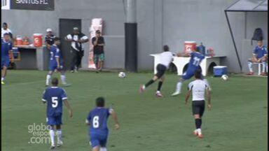 Rildo troca socos com adversário em jogo-treino do Santos - Rildo troca socos com adversário em jogo-treino do Santos