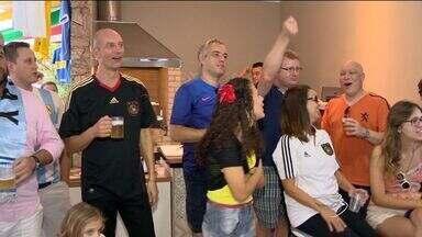 Argentino recebe amigo alemão para assistir a jogo da Copa, no ES - Além de argentino e alemão, torcida reuniu francês, belga e australiano.