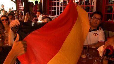 Torcedores alagoanos acompanharam final da Copa do Mundo em bares da capital - O alemão Thommas Wueper, que está passando férias em Maceió, assistiu a final do Mundial com amigos alagoanos em bar da capital