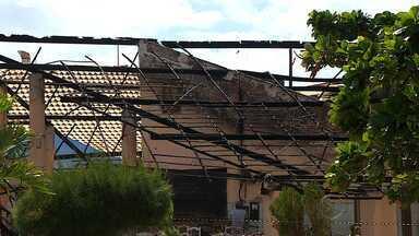Incêndio destrói bar na Orla da Atalaia em Aracaju - Incêndio destrói bar na Orla da Atalaia em Aracaju.