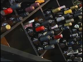 Especialistas dão dicas para escolher o vinho que melhor combina com diferentes pratos - O brasileiro está aprendendo a escolher e, principalmente, apreciar um bom vinho. Nesse período de inverno, com temperaturas baixas, a procura aumenta. Mas, é preciso saber combinar o vinho ao paladar e ao prato que vai ser servido.