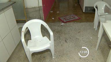 Homem é morto a tiros pelo enteado em Pindamonhangaba, SP - Crime aconteceu na tarde deste domingo (13) no bairro Vila Rica. Segundo polícia, suspeito não aceitava relacionamento da mãe com a vítima.