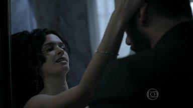 Kiko e Camila namoram escondidos no banheiro - Vic se desespera à procura de Kiko, e Mirna tenta acalmá-la