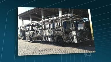 Sindicato das empresas de ônibus divulga fotos de veículo incendiado no Jardim América - O sindicato das empresas de ônibus divulgou fotos de um veículo incendiado no bairro Jardim América, no domingo (13). O ato de vandalismo aconteceu na Rua Professor Costa Abreu. Só esse ano, 53 veículos foram incendiados no Rio.