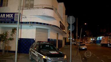 Homem é assassinado a tiros dentro de pensão, na Região Noroeste de Belo Horizonte - De acordo com a Polícia Militar, ele estava acompanhado por um travesti. Outro homem bateu na porta e, ao ser aberta, atirou e matou a vítima.