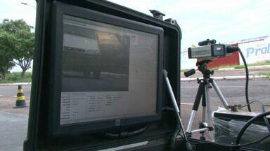 Quase 3.000 motoristas foram multados pelo radar móvel em Paranavaí em junho - Esse número recorde gerou muitas reclamações.
