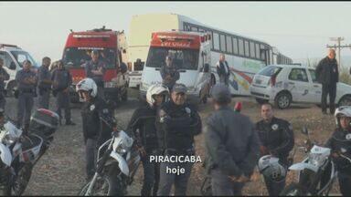 Polícia cumpre reintegração de posse em Piracicaba, SP - Ação foi pacífica e cerca de cem famílias começaram a deixar o local de ocupação após quarenta minutos. Bombeiros e secretarias municipais estavam presentes no ato.