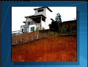 Escavação coloca casas em risco em Saquarema, na Região dos Lagos - Trabalho estaria sendo feitos sem um engenheiro responsável.Moradores prejudicados disseram que vão entrar com uma ação.