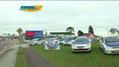 Taxistas continuam acampados perto do Aeroporto Afonso Pena - Os taxistas de São José dos Pinhais que tiveram a licença do táxi cassada pela Justiça ainda têm esperança de que essa decisão mude