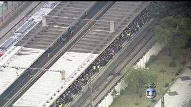 Problemas com trens de São Paulo prejudicam passageiros - Um trem com defeito parou na estação Tatuapé e um problema em outra linha afetam a circulação das composições nesta segunda-feira (21). Centenas de pessoas estão nas estações aguardando pelo transporte.