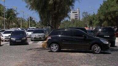 Frequentadores da Praia do Futuro reclamam da pouca oferta de vagas de estacionamento - Bom Dia Ceará flagrou diversas irregularidades dos motoristas na Avenida Beira-Mar.