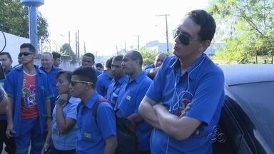 Funcionários de empresa de transportes fazem greve e deixam várias pessoas sem ônibus - Transtorno teve inicio na manhã desta segunda-feira (21), por falta de pagamento de salários.