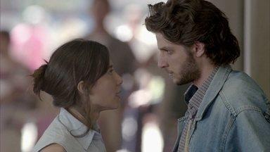 Cora convence José Alfredo a ir embora - José Alfredo liga para Eliane, mas ela não fala nada e o rapaz fica transtornado. Eliane sofre