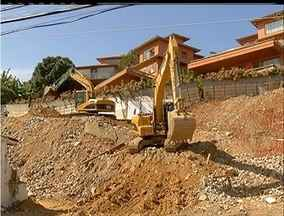 Demolições na área próxima às mansões de Búzios, RJ, recomeçam - Máquinas voltaram a preparar terreno próximo às mansões.Demolições das casas devem começar ainda neste domingo.