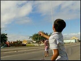 Utilização de cerol nas linhas de pipas em Campos, RJ, causa polêmica - Motociclista sofreu ferimento causados pelo cerol na linha.