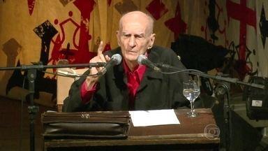 Poeta e dramaturgo Ariano Suassuna morre aos 87 anos - Morreu aos 87 anos o escritor, dramaturgo e poeta Ariano Suassuna. Ele teve um AVC.