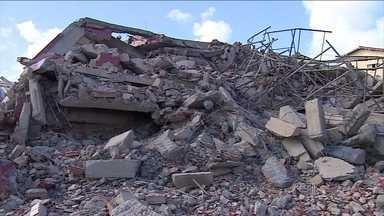 Casal resgatado de escombros de prédio em Aracaju recebe alta - Os pais acompanharam o enterro do bebê de 11 meses, vítima do mesmo desastre. O caixão foi levado pelos bombeiros que participaram da operação de resgate.