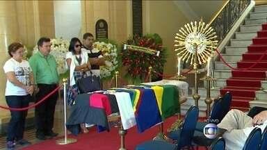Corpo do escritor Ariano Suassuna é velado em Pernambuco - O velório é aberto ao público e acontece no Palácio das Princesas, na sede do governo de Pernambuco. O escritor e dramaturgo estava internado desde segunda-feira (21), depois de sofrer um AVC. Ariano Suassuna tinha 87 anos.