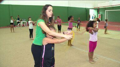 Ex-atleta dá aulas de ginástica rítimica a crianças de Vitória - A treinadora comprou os materiais com o dinheiro do próprio bolso.